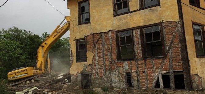 Tehlike oluşturan bina yıkıldı