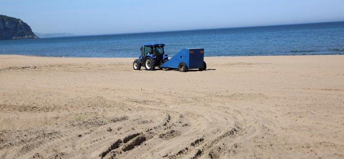 İnkumu plajını temizliyor