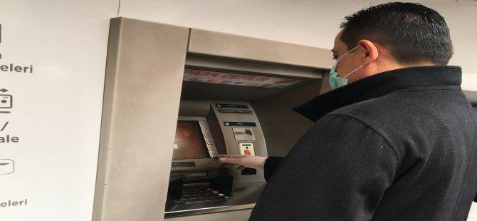 Bankamatikten para çekenler eldiven ve maske ile önlem aldı