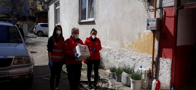 Kızılay gönüllüleri evden çıkamayan yaşlı ve hastaların gıda ihtiyacını karşılıyor
