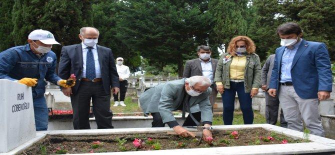 Belediye 15 bin mezara 95 bin çiçek dikti