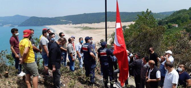 Şehit Uzman Çavuş anısına Türk bayrağı göndere çekildi