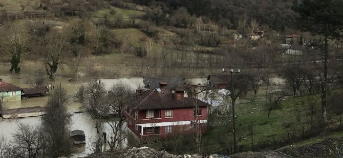 Baraja uçan otomobil sulara gömüldü