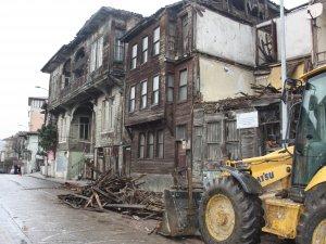 Tarihi binanın yıkılmak üzere olan kısımları söküldü