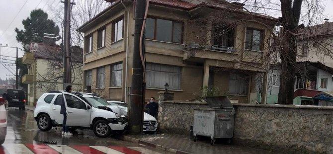 Kontrolden çıkan araç elektrik direğine çarptı