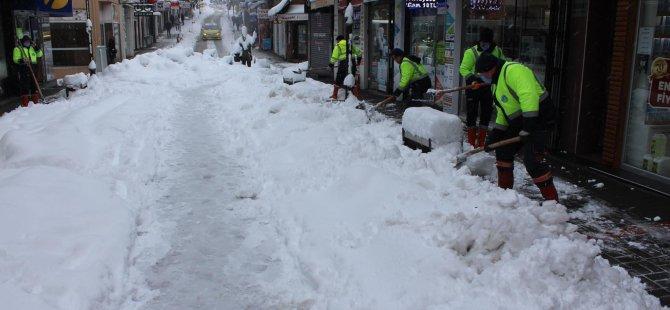 Kaldırımlarda kar temizliği devam ediyor