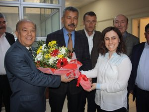 İl Müdürü Şahin'den Bayan Personele Çiçek