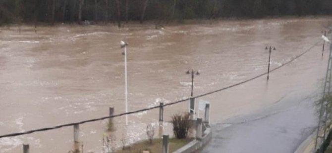 Irmak taştı, yol ulaşıma kapandı