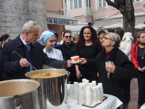 Bayan öğrenciler babalarıyla çorba dağıttı