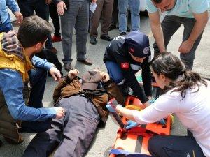 Kazada Yaralanan Eşine Tepki Gösterdi