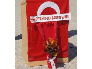Kürsüye asılan Türk bayrağı sendika çiçeğinden görünmedi