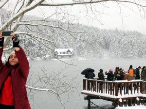 Gölcük Kar Yağışına Rağmen Tatilcileri İlgi Odağı Oldu