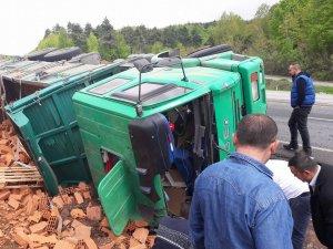 Tuğla yüklü kamyon devrildi