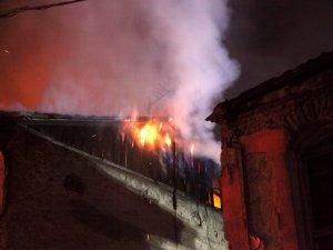İki katlı tarihi ahşap bina alevlere teslim oldu