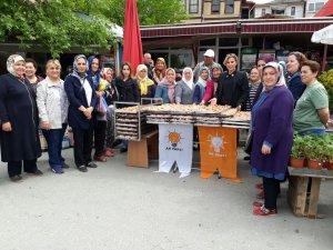 Ak Parti Kadın Kolları Teşkilatından Lokma Dağıtımı