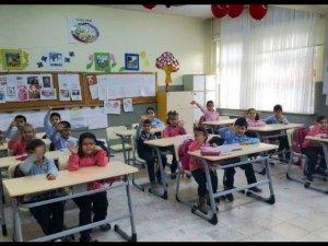 Başkan Timur'dan okula sıra yardımı