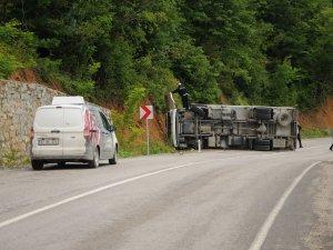 Et yüklü kamyon devrildi