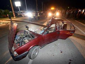 Tırda Yüklü Raylara Çarpan Otomobildeki 2 Kişi Yaralandı