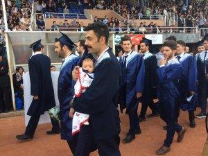 Genç Anne ve Babalar Mezuniyet Törenine Bebekleriyle Katıldılar