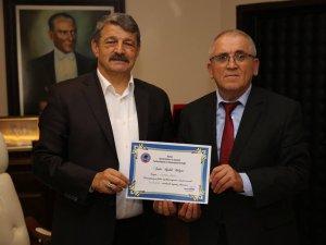 Başkan Akın'a fahri üyelik belgesi taktim edildi