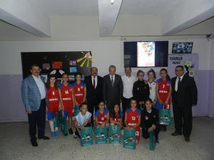 Fatih Ortaokulu Bayan Basket Takımı ödüllendirildi