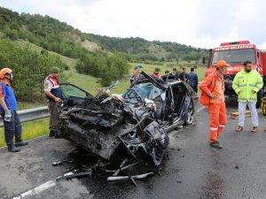 Bolu'da Otomobil Tıra Çarptı: 1 Ölü, 2 Yaralı