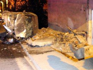 Bahçe Duvarına Çarpan Otomobildeki İki Çocuk Yaralandı
