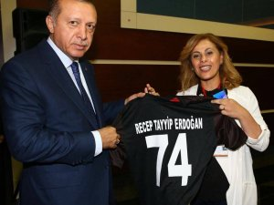 Kurtkaya, Cumhurbaşkanı Erdoğan'a74 numaralı formayı hediye etti