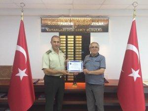 Alay Komutanı Aslan'a Fahri Üyelik Belgesi taktim edildi