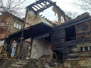 Bir ahşap ev daha tarihe yenik düştü