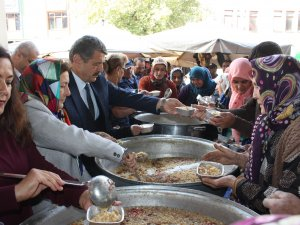 MHP Kadın Kolları 4 bin kişiye aşure dağıttı