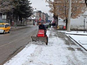 Belediye işçilerinden kar kürümeye çözüm