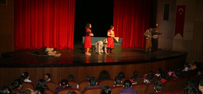 Bolu Şehir Tiyatrosu Sihirli Eşek oyununu şehit aileleri ve gaziler için oynuyor