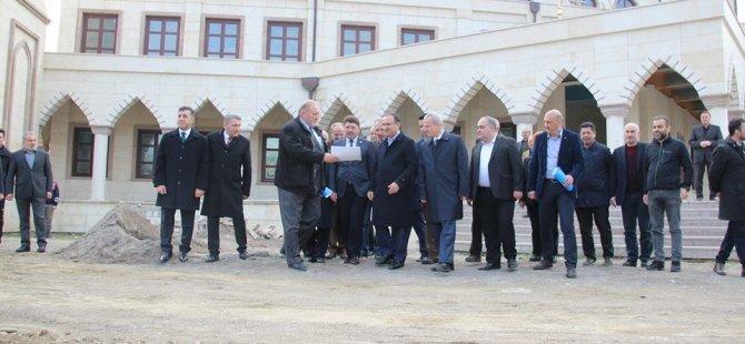 Başbakan Yardımcısı Bozdağ, üniversite Camii'ni inceledi
