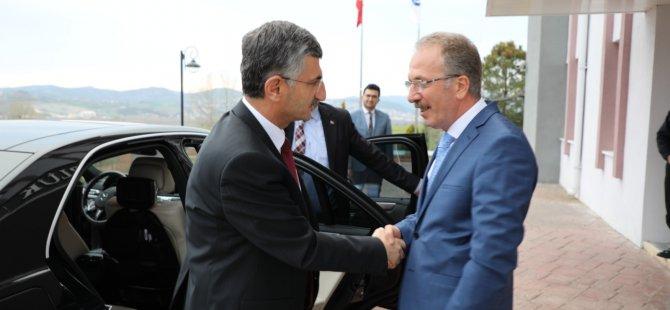 Vali Bektaş'tan Rektör Uzun'a Nezaket Ziyareti