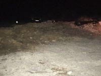 Köy muhtarları kendi imkanlarıyla kepçe kiralayıp yasak olan yolu ulaşıma kapattı