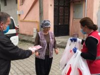 Kızılay bayramda sokağa çıkamayanlara ekmek ve su dağıttı