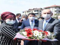 Bakan Belediye Önünde Çiçeklerle Karşılandı