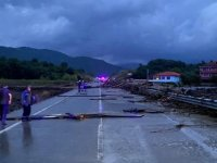 Şiddetli yağış sel ve heyelana neden oldu