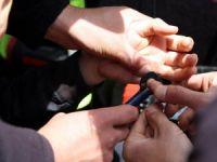 Parmağı Korkuluk Demirine Sıkışan Çocuğu İtfaiye Kurtardı