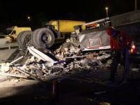Viyadükte asılı kalan tırın sürücüsü halat yardımıyla kurtarıldı