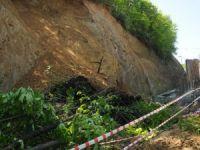 Yol inşaatı sırasında meydana gelen heyelanda 3 işçi yaralandı