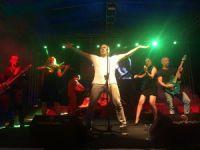 Ünlü rock şarkıcısı Haluk Levent, Barış Akarsu için ücretsiz konser verdi
