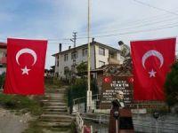 Köyü Türk bayraklarıyla süslediler