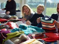 Gönüllü Anneler İhtiyaç Sahibi Çocuklara Malzeme Örüyor