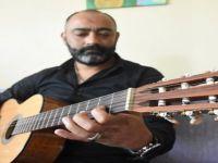 Müzisyen Polisin Günü Telsiz Ve Gitarla Geçiyor