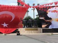 Türk bayrağı ve Atatürk posterinin yere değmesine tepki gösterdiler