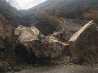 40 tonluk kaya yola düştü